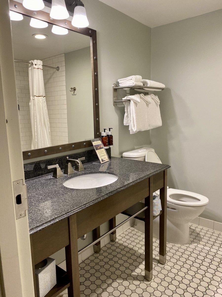 Grand Canyon Railway Hotel bathroom